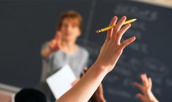 Profesor-elevi-cu-mâinile-pe-sus